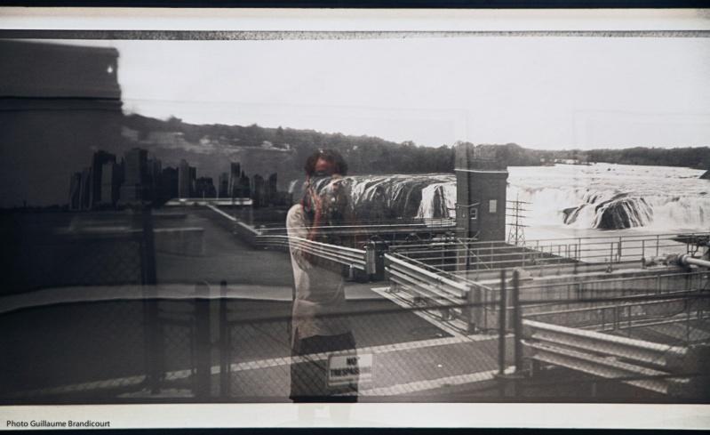 Non autoportrait aux images 2, photo GB sur reflet de photographies de Lauren Bon @ Rencontres de la photographie 2013, Arles in black, 12 août 2013